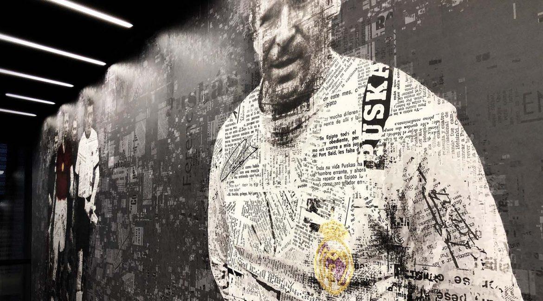 Fekete, fehér, szürke és vörös színekkel nyomtatott egész falat betöltő tapéta, ami Puskás Öcsit ábrázolja egy újságcikkekből összeállított kollázs formájában.