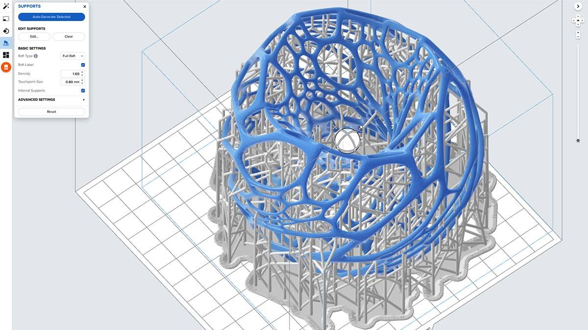 Egy gömbszerű, Voroni lámpatest háromdimenziós modellje a printelésre való előkészítés közben.