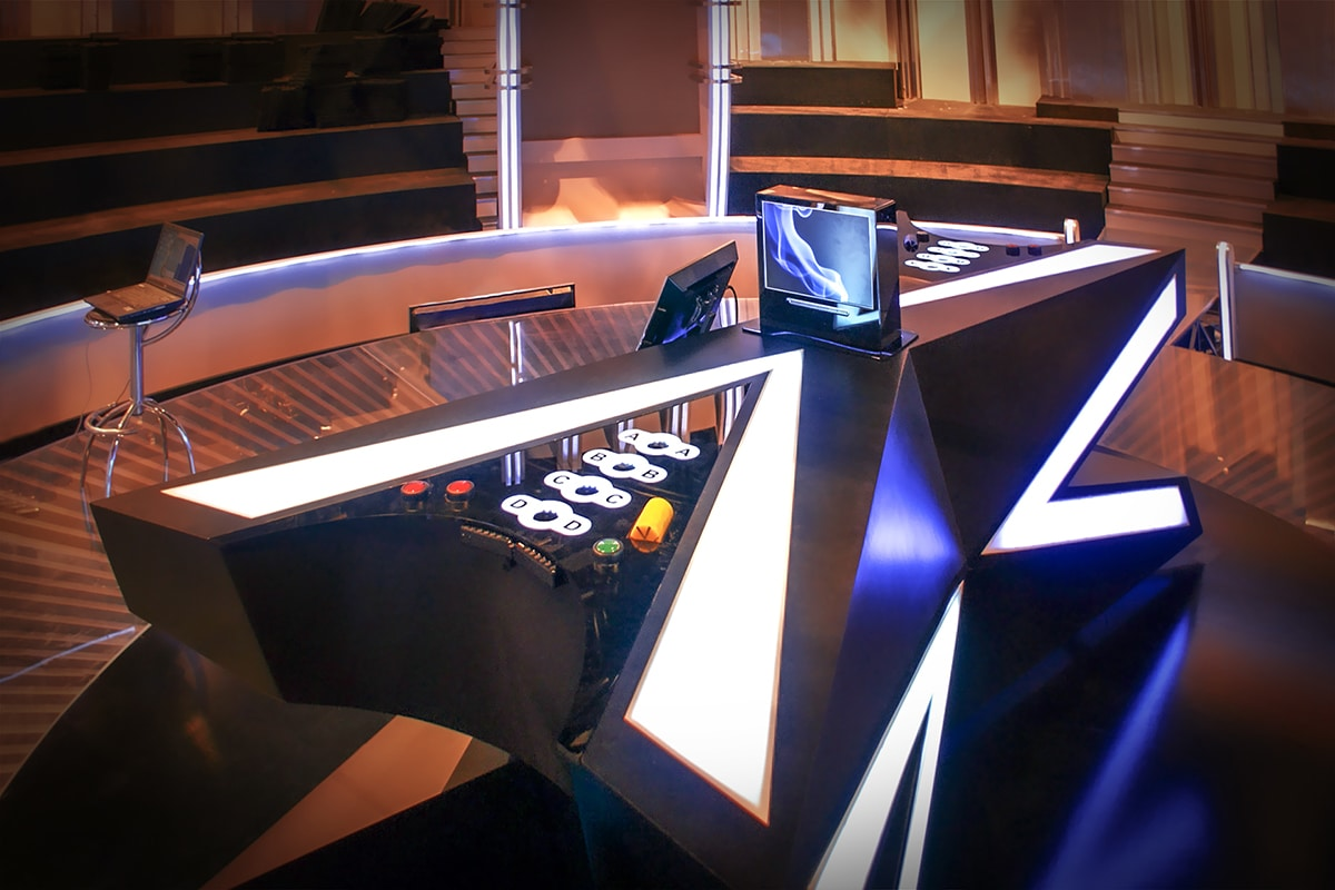 Futurisztikus játékasztal beépített játékvezérlővel és képernyőkkel a TV2 Párbaj című vetélkedője számára.