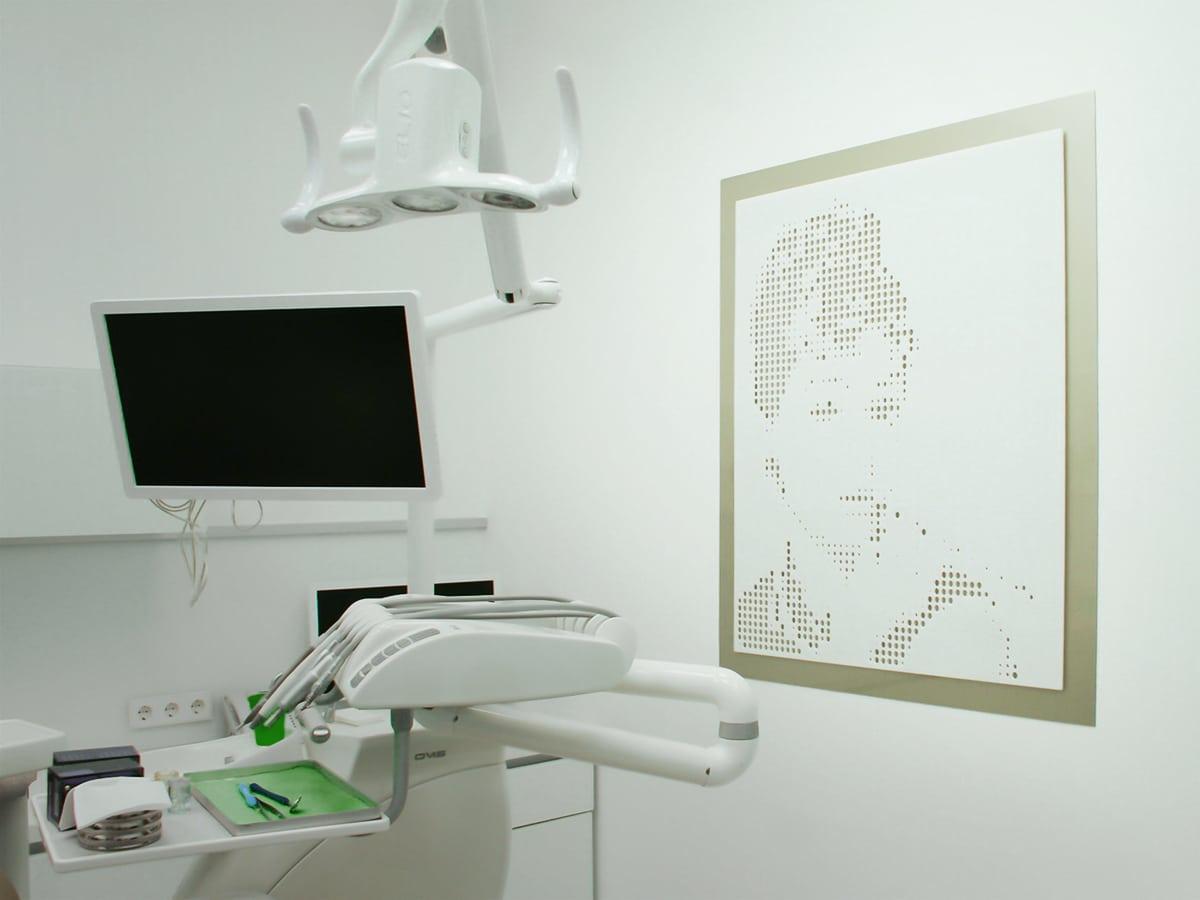 Lézervágott lyukakból képzett raszterháló adja ki Audrey Hepburn portréját ezen a különleges faldekoráción.