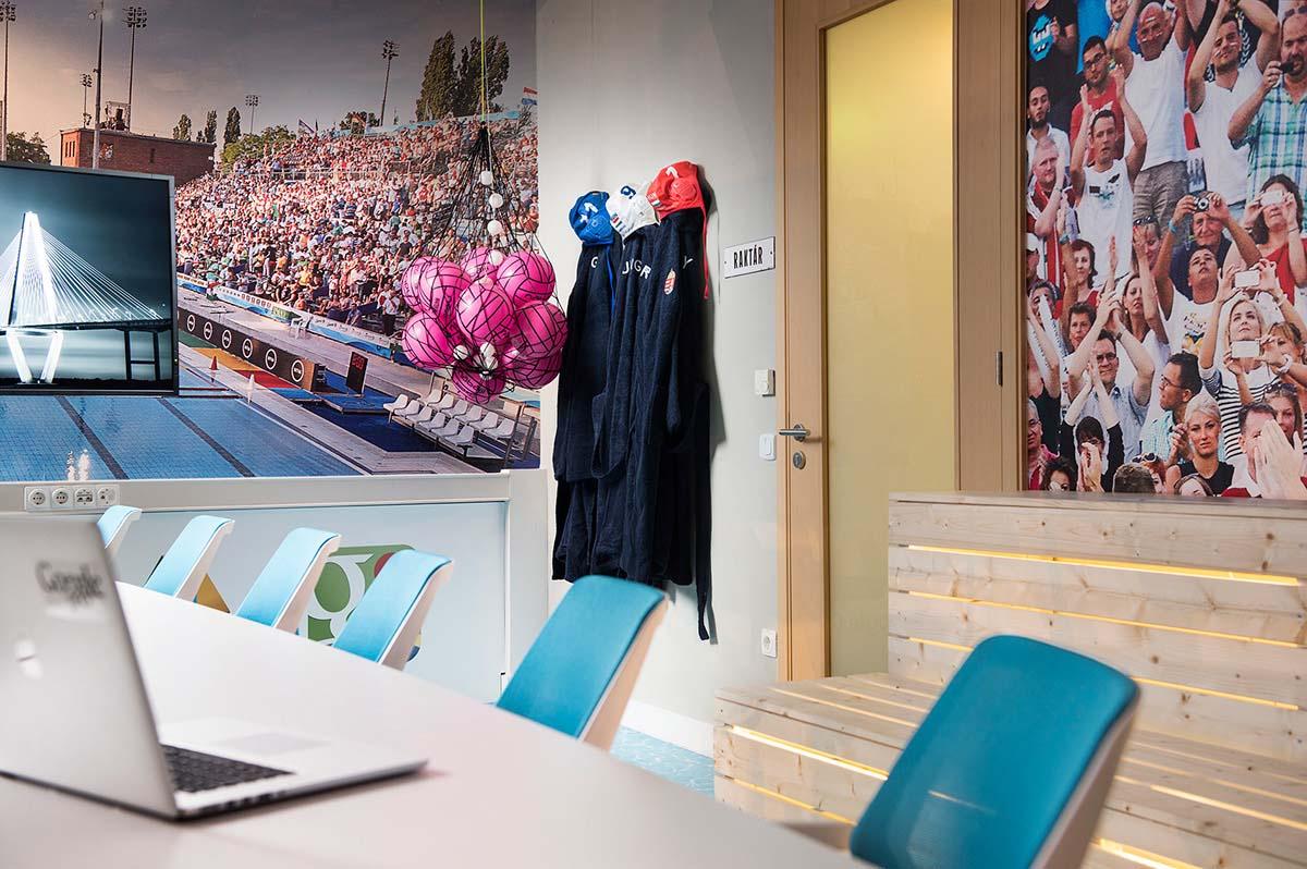 A Google Budapest iroda tárgyalóterme egyedi bútorokkal, nyomtatott faldekorációval és egyéb vízilabdához kapcsolód díszletekkel átalakítva.