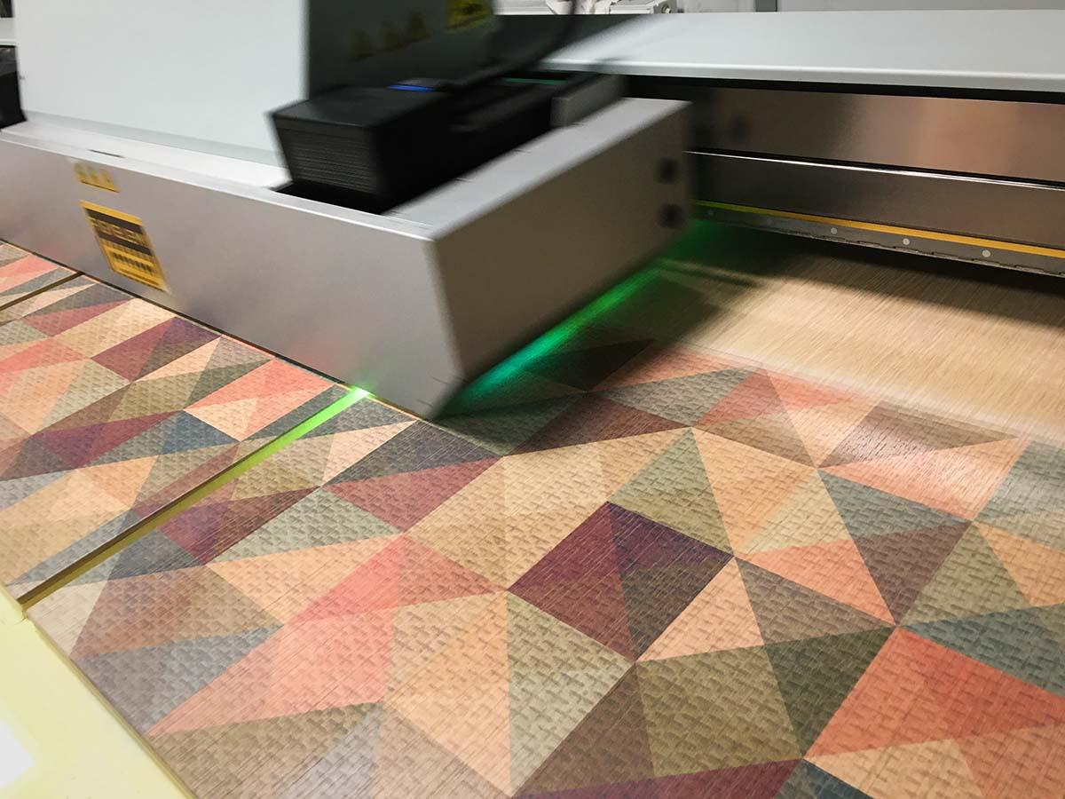 Az ipari UV nyomtató geometrikus mintát nyomtat több struktúrált fafelületre.