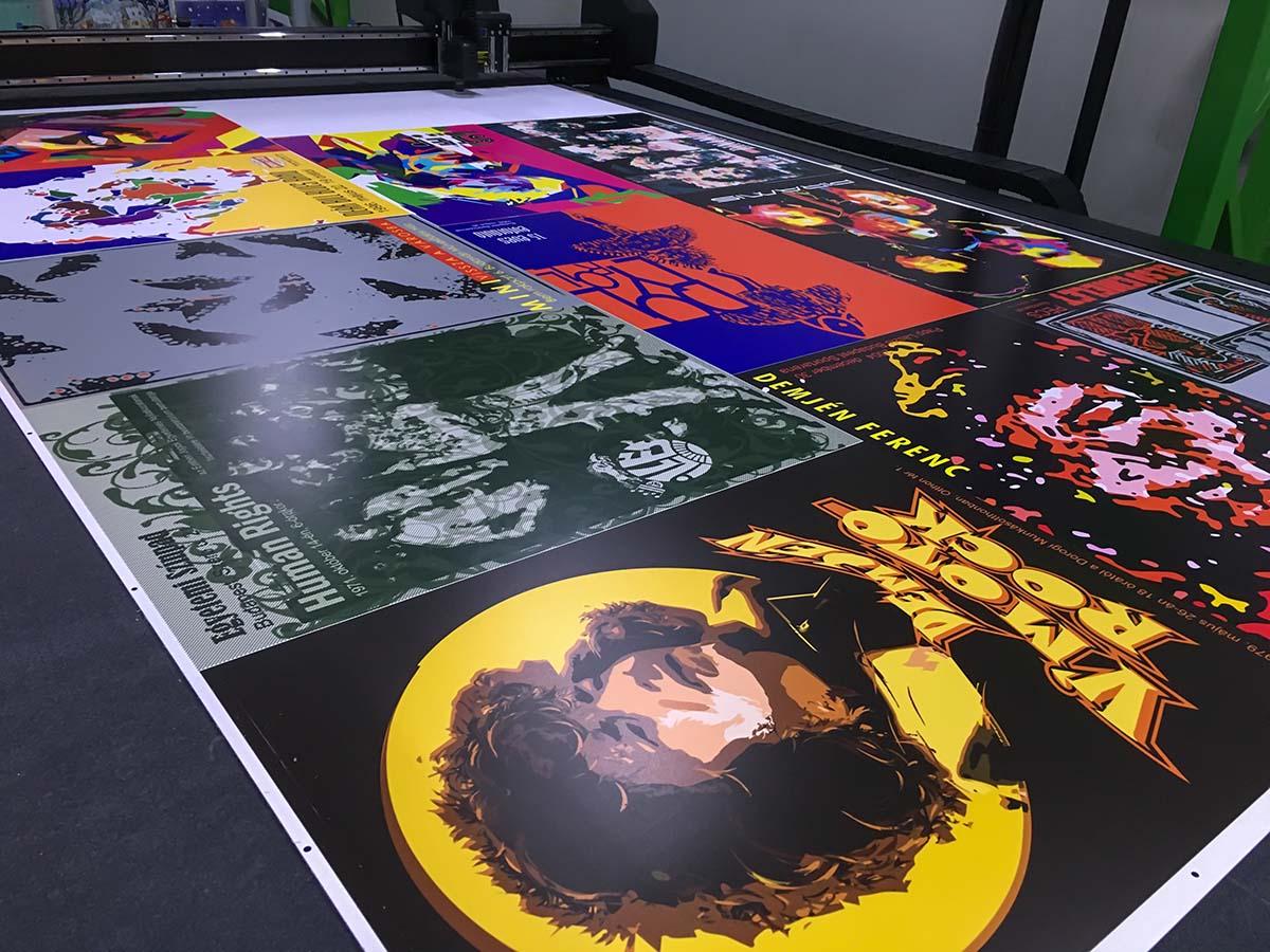 Nagyméretű nyomtatott plexilap zenekarok pósztereivel a felületén.