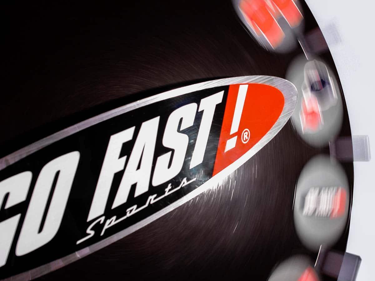 Közelkép egy pörgő szerencsekerékről, amin a Go Fast felirat szerepel.