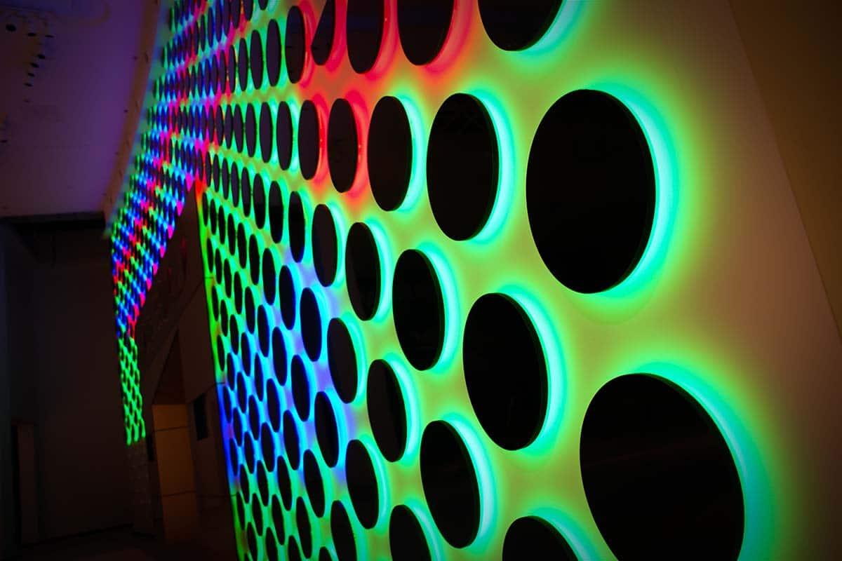 Közelkép a színváltoztató és animálódó világító falburkolatról.