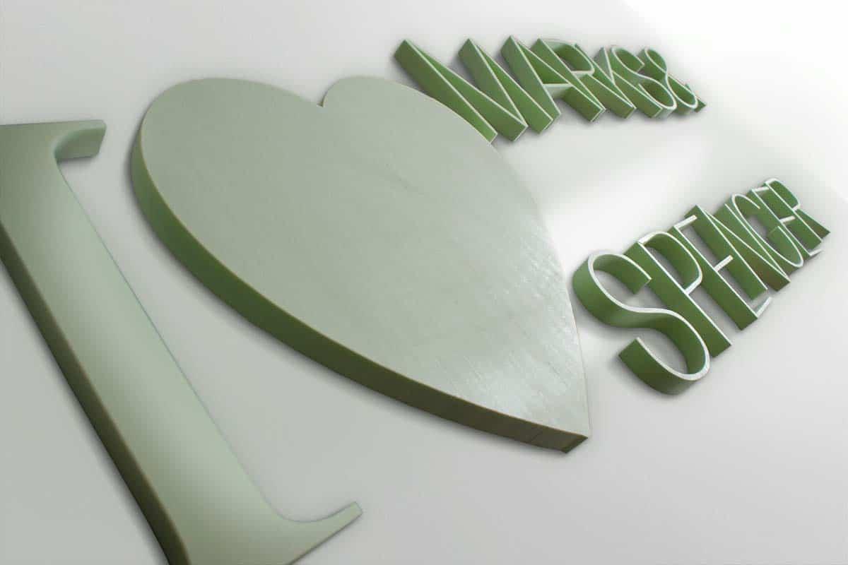 """nagyméretű """"I love Marks & Spencer"""" felirat zöld Styrolhabból kivágva, ahol a love szócskát egy szív sziluettje helyettesíti."""