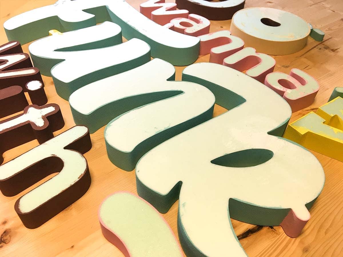 A Mr Funk számára készült beltéri dekorációs plasztikus betűk még előlapok nélkül, készülés közben.