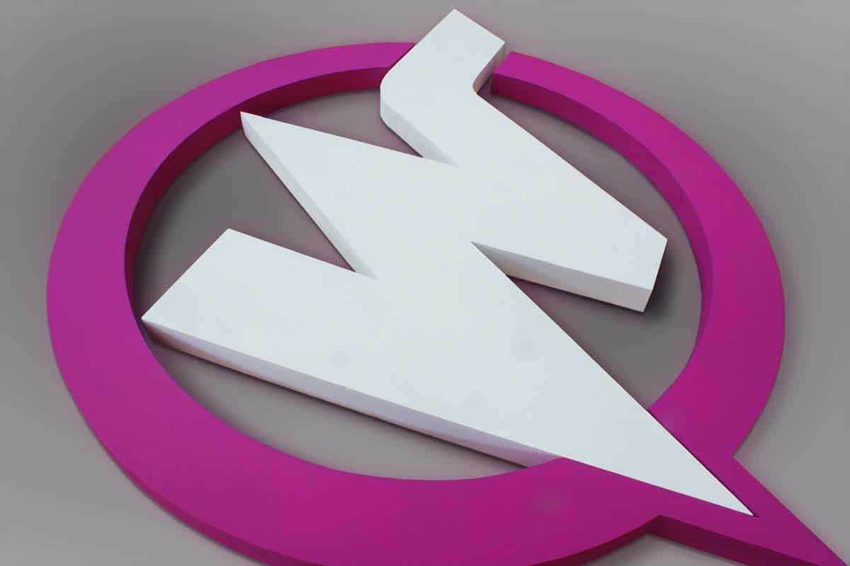 Ciklámen és fehér színű, harsány és dinamikus Watt logó fekszik szürke felületen.