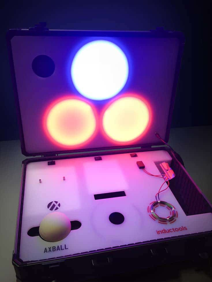 Strapabíró sötét műszaki koffer, beépített elektronikával, mai képes üzemeltetni és tölteni a benne elhelyezett Axball és Inductools eszközöket. Kék és narancsos fényekkel világítja meg a három beépített fényforrás a koffer tartalmát.