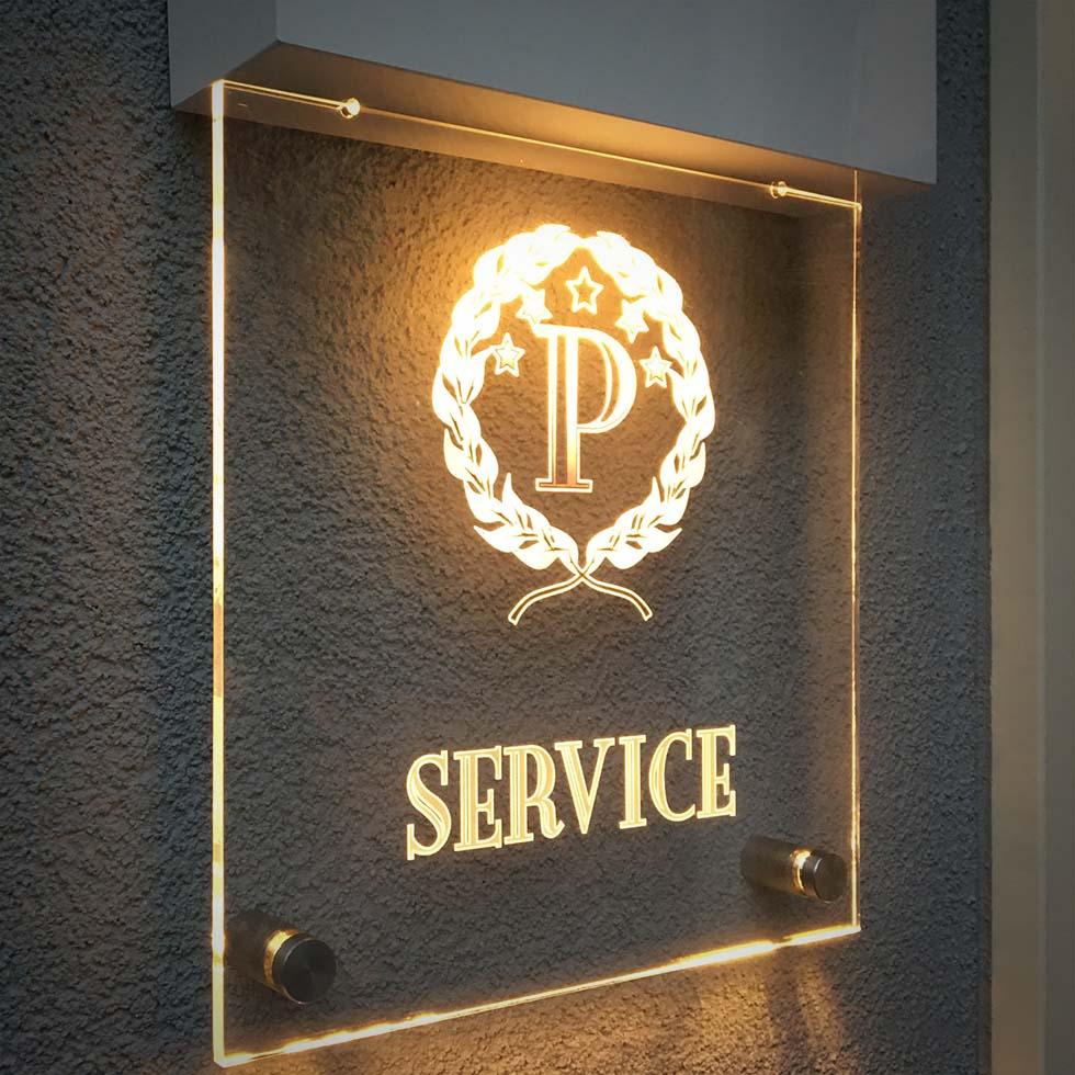 A President Hotel exkluzív, átlátszó élvilágító táblája.
