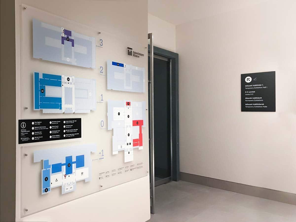 A beltéri irányítórendszer táblái a különböző szintek színes térképével a Szépművészeti Múzeumban.