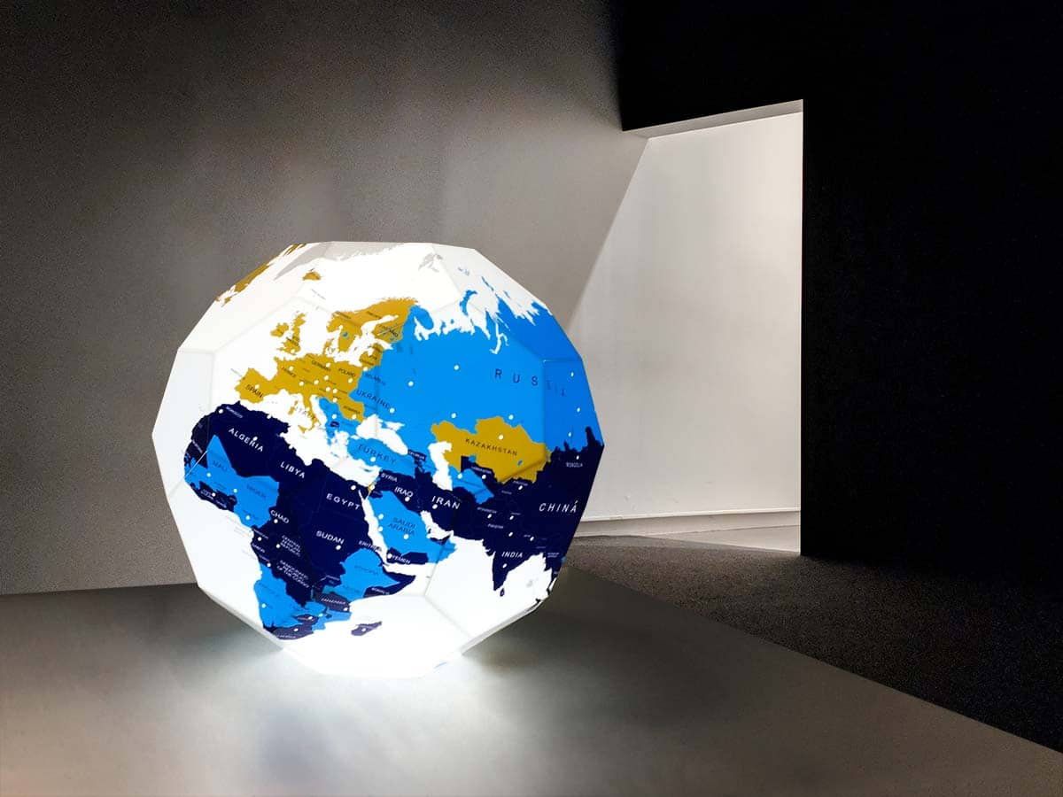 Látványos, hatszögekből összeállított, nyomtatott, világító földgömb a FIA számára, ami a Nemzetközi Autóipari Kiállításon szerepelt.