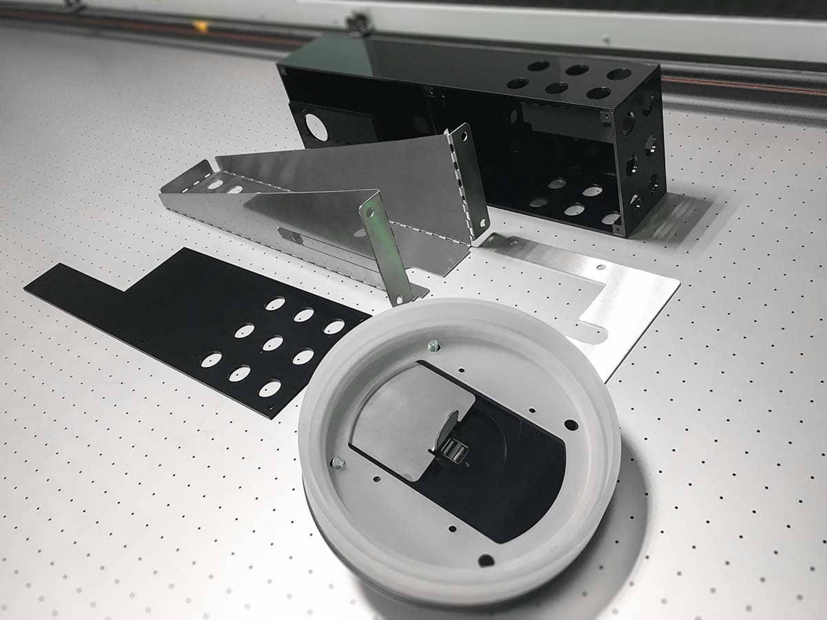 Frissen legyártott, fémből és műanyagból készült okospad alkatrészek.