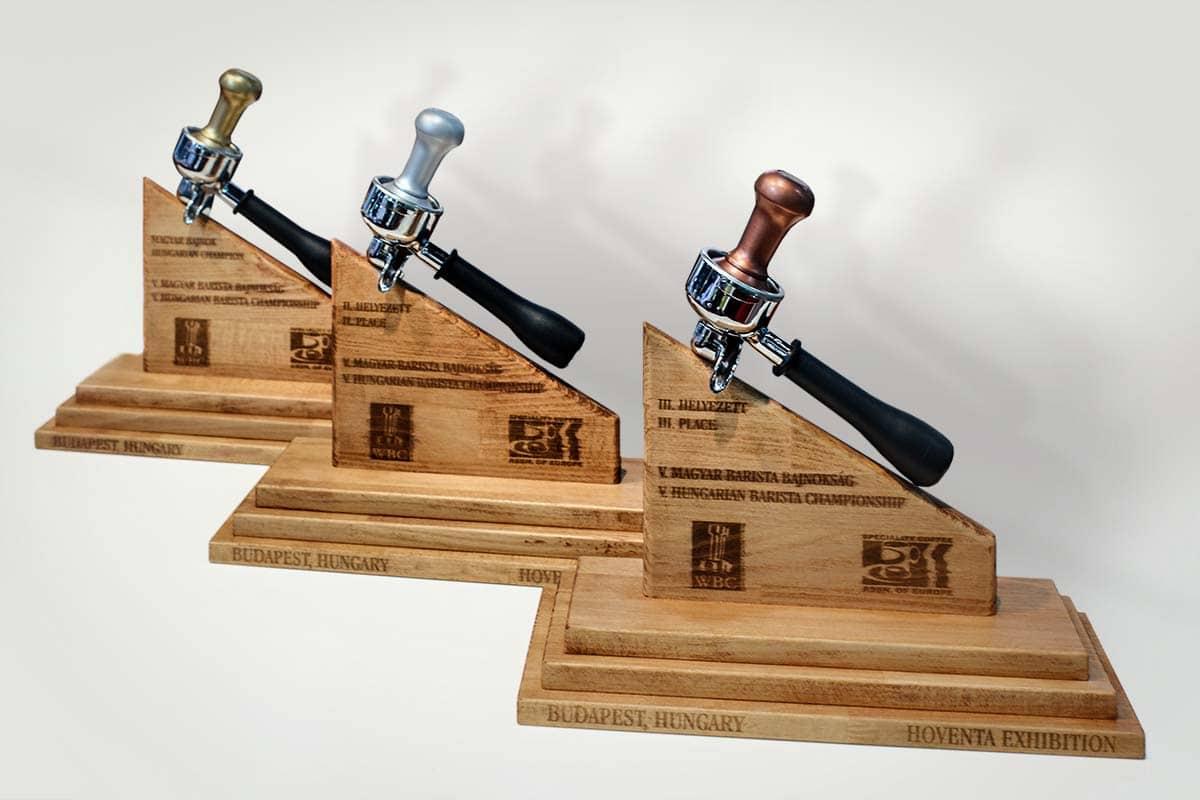 Sőrcsapok karjából kialakított egyedi és ekszkluzív díjak a nagysikerű versenysorozat helyezettjei számára.