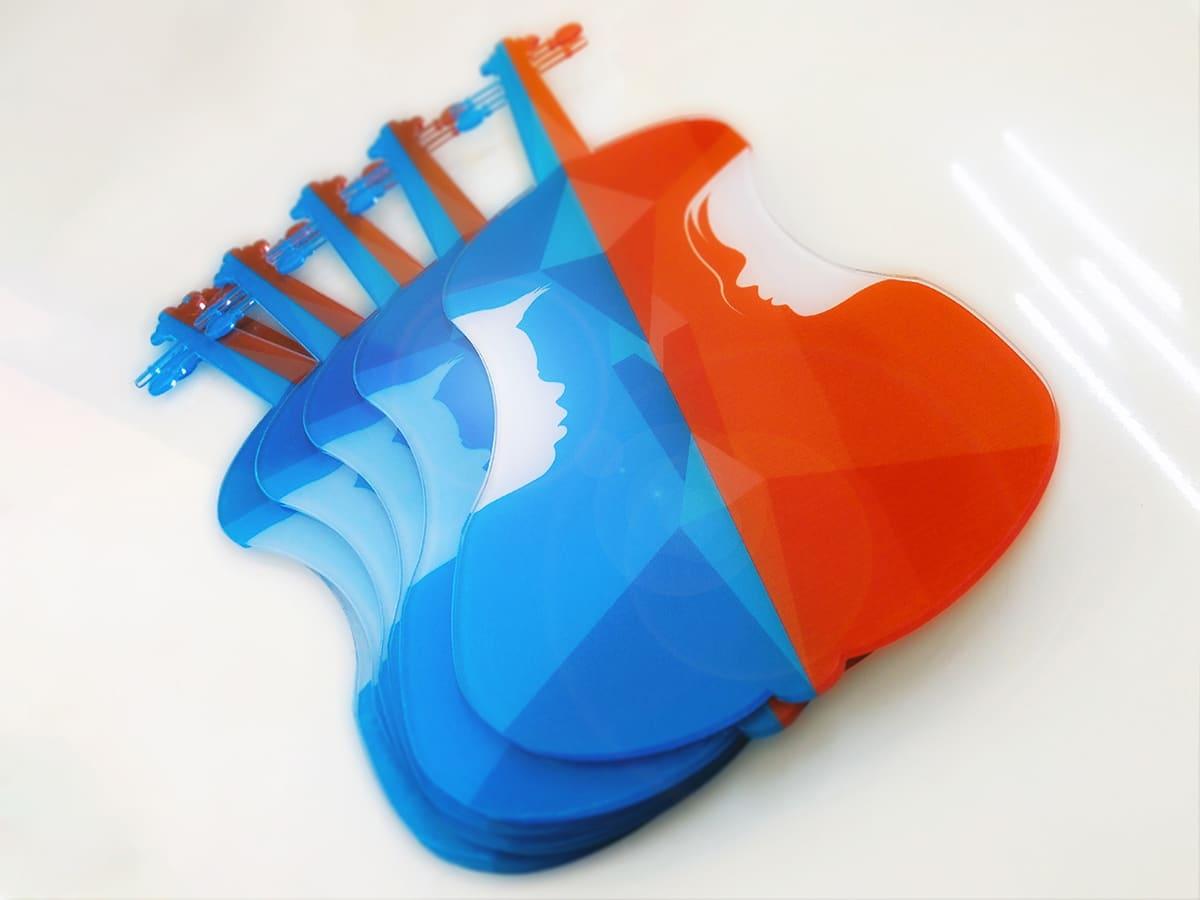 Vörössel és kékkel színezett plexi hegedűsziluettek, amik az ismert Virtuózok műsor számára készültek.