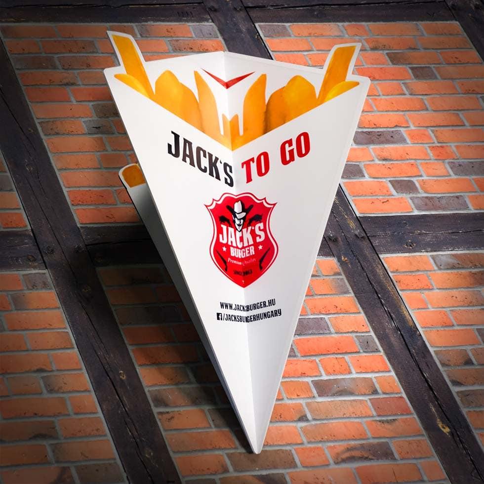 """Egyedi, térbeli dekoráció a Jack's Burger számára. Háromdimenziós sültkrumpli tartó a cég logójával, online elérhetőségeivel és a """"Jack's to Go"""" felirattal."""