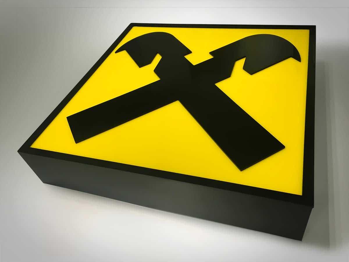 Szögletes világító tábla a Raiffeisen bank jellegzetes sárga-fekete logójával.