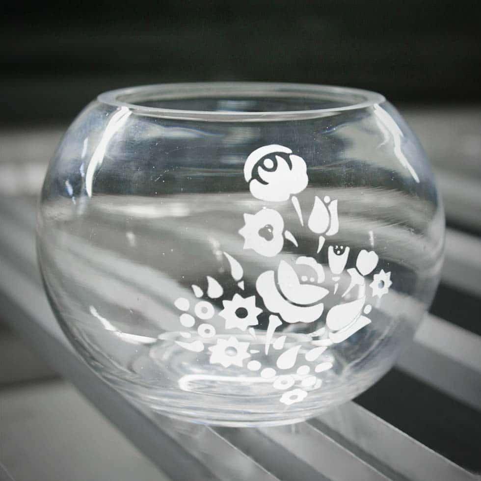 Apró, gömb alakú mécsestartó, rajta homokfújt, arculatba illő virágmotívumokkal.