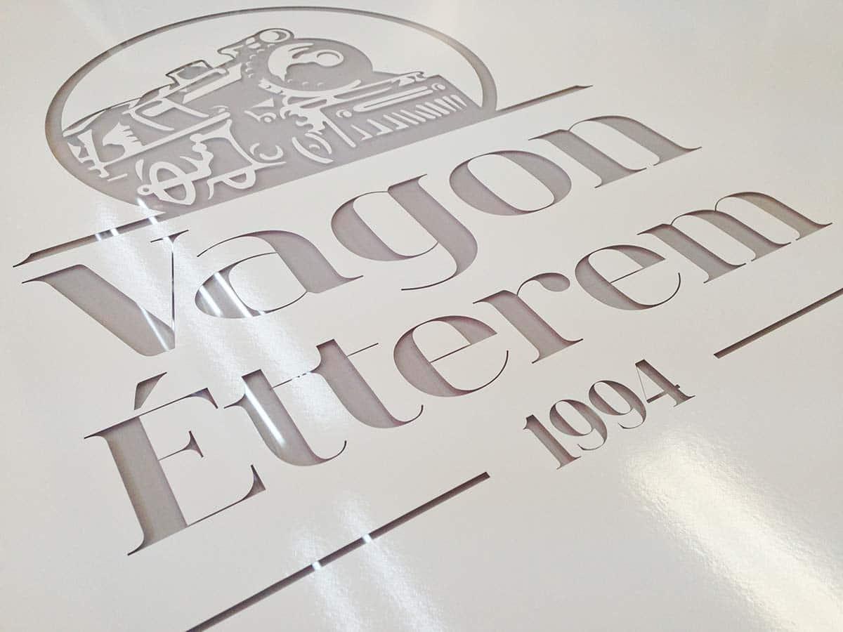 Szemcseszórt üvegtábla, ahol csak az étterem lokomotívot ábrázoló emblémája és a neve maradt átlátszó.