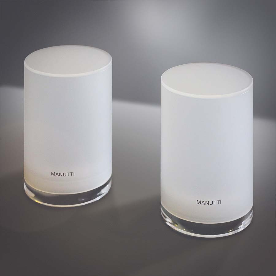 Két opálos felületű, prémium hatású hengeres lámpa apró, elegáns Manutti felirattal.