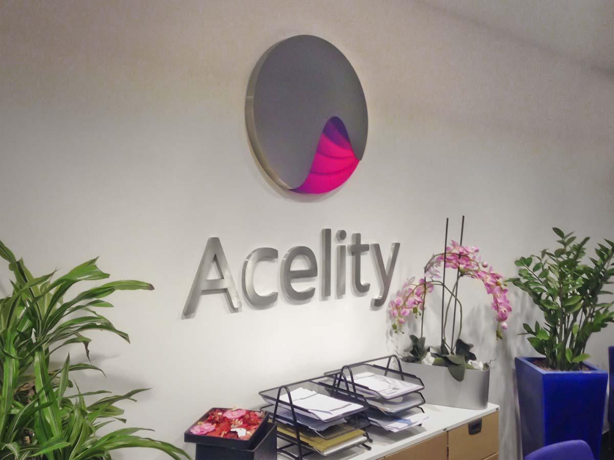 Az Acelity irodáját díszítő látványos plasztikus logó.