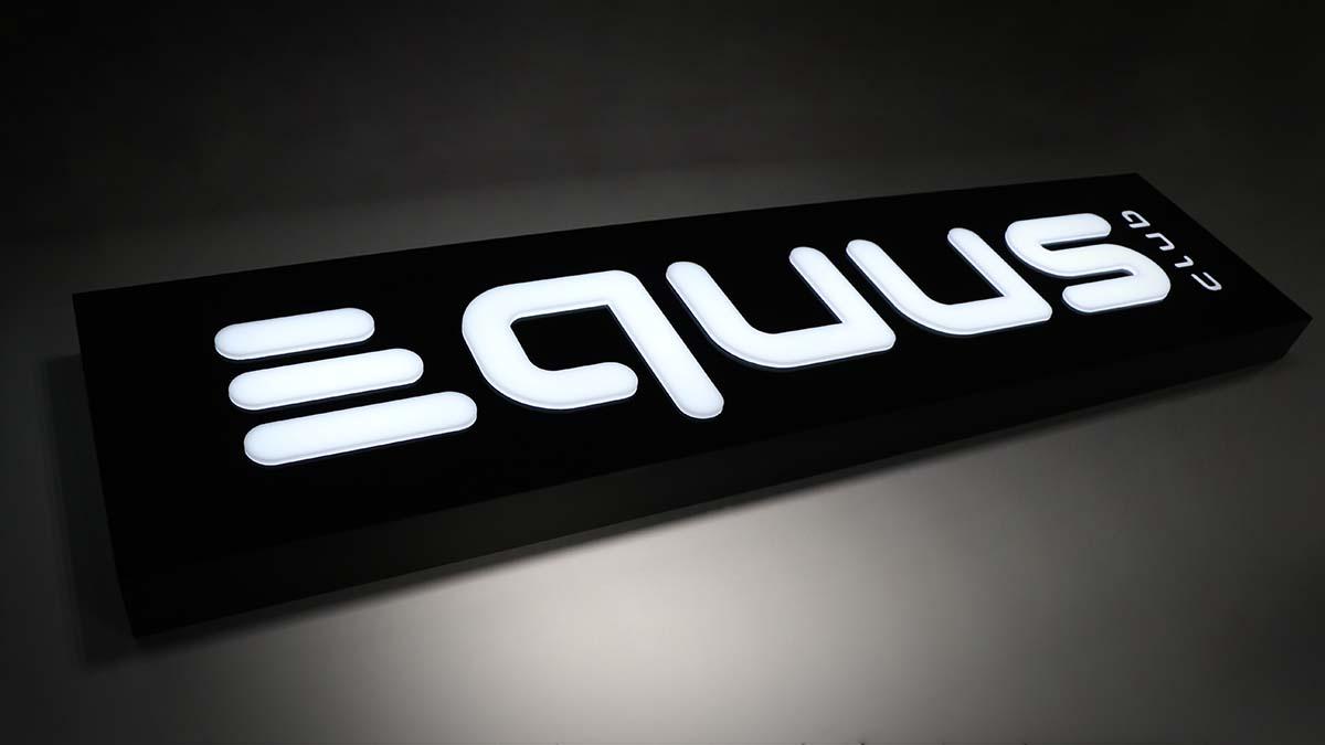 Vastag, fekete dobozszserű hordozón fehér domborodó kivágott betűkkel megjelenített Equus Club logó.